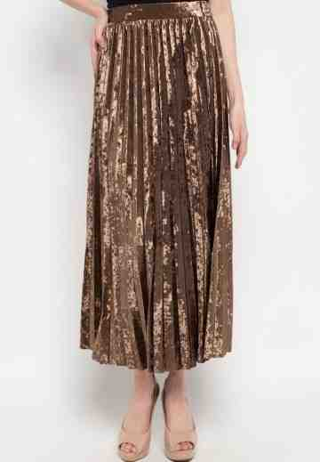 Velvet Pleats Long Skirt in Brown image